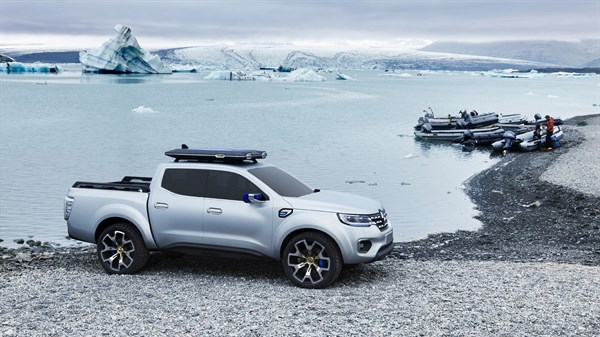 Renault ALASKAN Concept - profile view - Northern French landscape