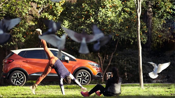Renault Service - A man doing a cartwheel in front of a Captur